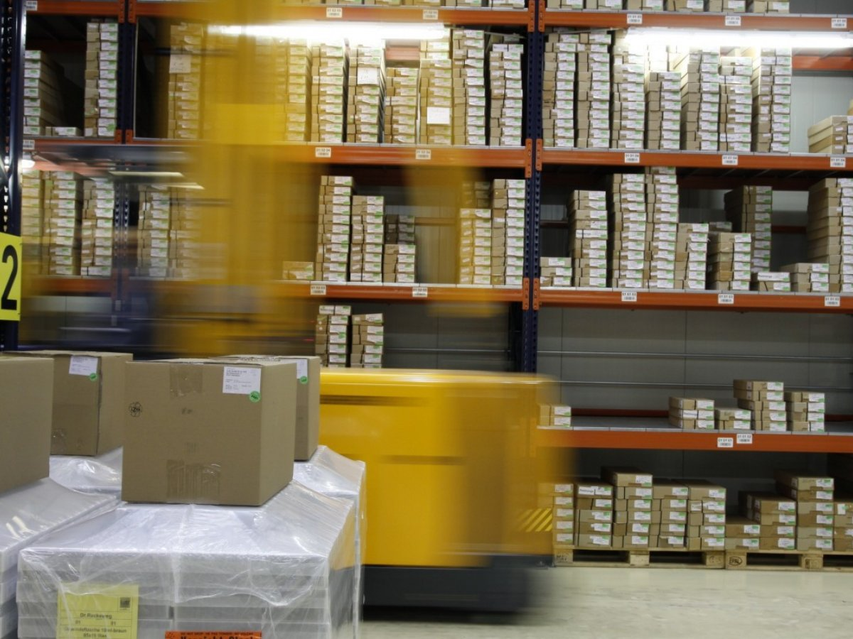 high_bay_stock_range_warenlager_shelf_shipping_packaging_logistics-948616